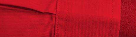 Roter Bildausschnitt von zwei einschlagenden Händen, bei dem nur ein Ärmels erkennbar ist.
