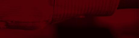 Roter Bildausschnitt von zwei einschlagenden Händen, bei dem nur das Stück eines Ärmels erkennbar ist.