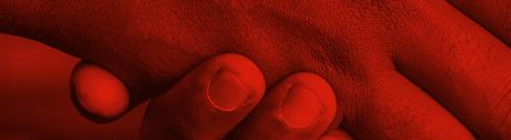 Roter Bildausschnitt von zwei einschlagenden Händen, bei dem die Finger der beiden Personen zu erkennen sind.
